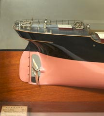 maquette de bateau demi coque de chantier mod le d 39 armateur pr sent sous vitrine du cargo. Black Bedroom Furniture Sets. Home Design Ideas
