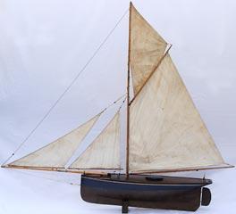 Pond yacht albatros voilier de bassin navigant cotre aurique la coque est en bois bord e - Voilier de bassin ancien nanterre ...